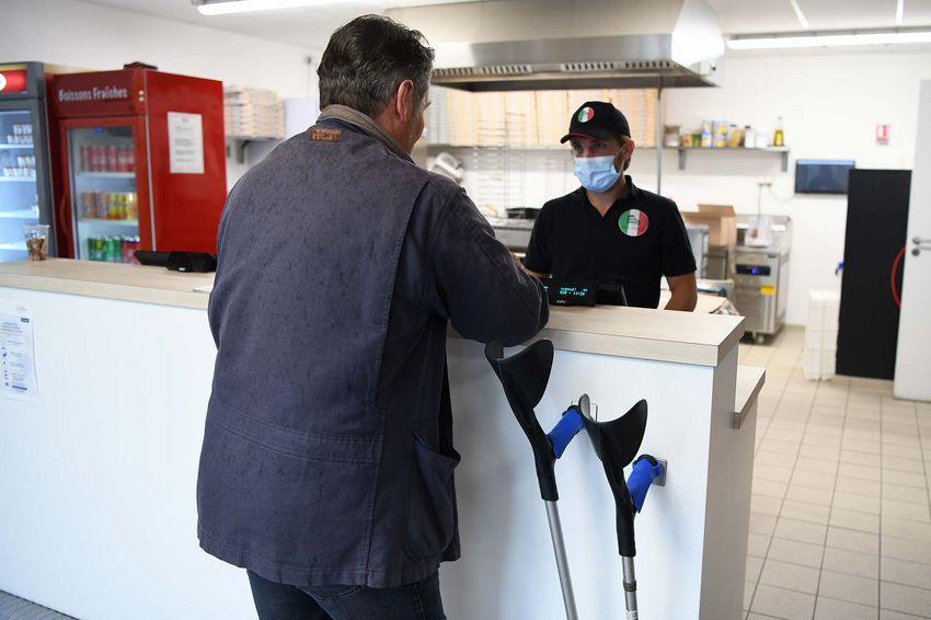 Le restaurant Mia Pizza s'est équipé de dispositifs aimantés pour fixer les cannes et béquilles des clients. (© Ville de Saint-Nazaire - Christian Robert)