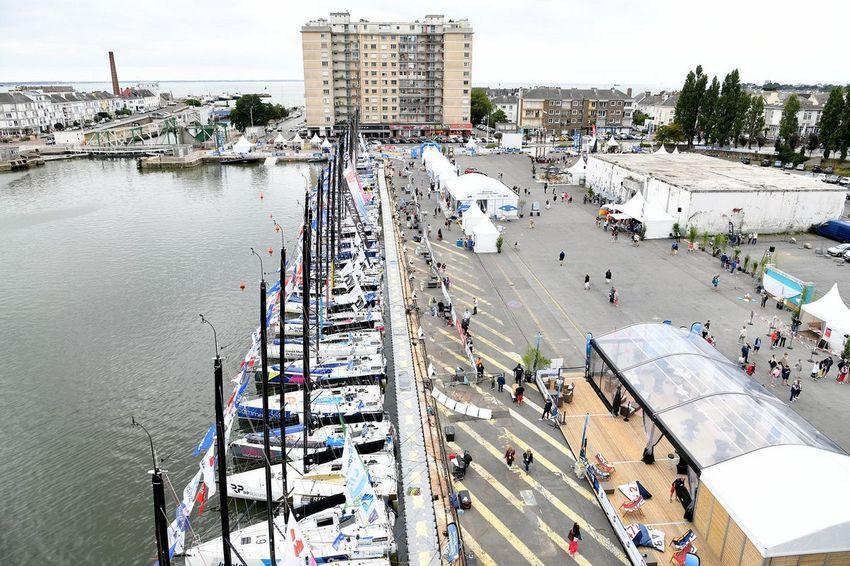 Le village de la Solitaire du Figaro en août 2021 près de la base sous-marine.