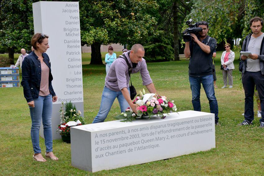 """Les enfants de Daniel Bartolomé, président de l'association des victimes de la passerelle du Queen Mary2(AVPQM2), ont déposé une gerbe """"au nom de toutes les victimes blessées ou décédées""""."""