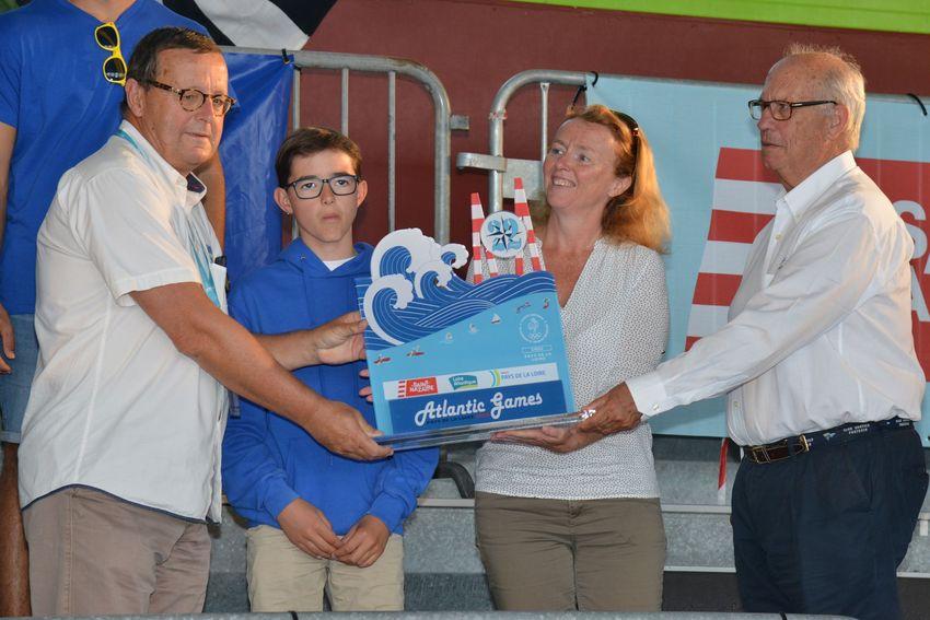 Gaëlle Bénizé-Thual, adjointe au sport de la Ville de Saint-Nazaire, partenaire de la compétition, remet le Trophées à l'équipe des Pays de la Loire.