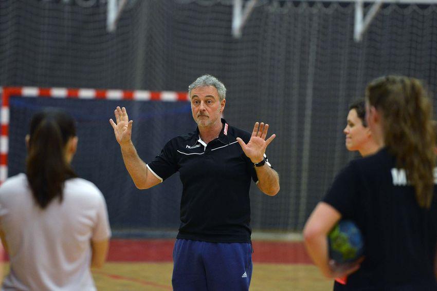 Frédéric Thétiot entraîne l'équipe senior féminine du SNHB au moins deux fois par semaine. (©Ville de Saint-Nazaire - Christian Robert)
