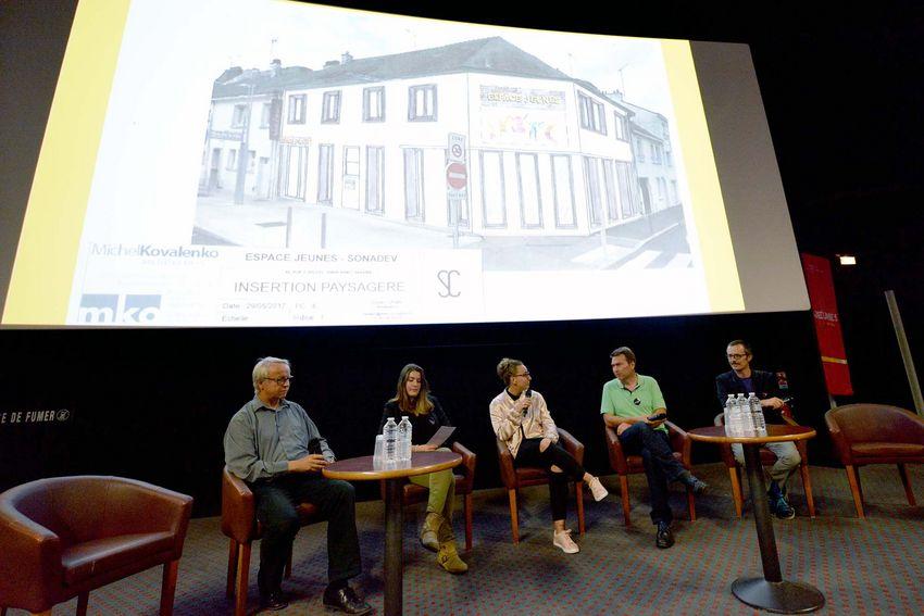 L'architecte Michel Kovalenko (à gauche) travaille avec l'équipe municipale (Yvon Renévot, adjoint à la jeunesse et Pascal Presle, chargé de mission au numérique, à droite) et les jeunes sur la création de l'espace jeunesse qui doit ouvrir en avri