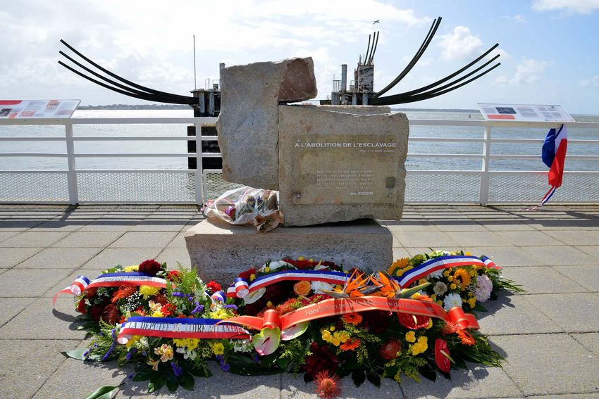 Dépôt de gerbes lors de la cérémonie commémorative du 21 mai 2021 devant le premier mémorial de l'abolition de l'esclavage érigé en France à Saint-Nazaire. (©Ville de Saint-Nazaire - Christian Robert)