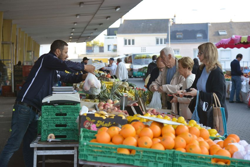 Autour des Halles centrales, Saint-Nazaire se réveille et des familles viennent acheter leurs fruits et légumes.
