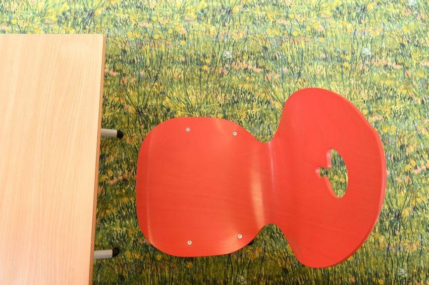 Les équipes de la Ville ont choisi les matériaux et le mobilier avec une attention particulière pour le confort acoustique, l'ergonomie pour les enfants et la facilité d'usage pour les agents. (©Ville de Saint-Nazaire - Martin Launay)