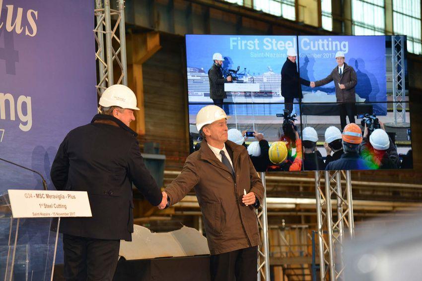 Le directeur exécutif de MSC Croisières Pierfrancesco Vago et le directeur général de STX France Laurent Castaing signent la première tôle du MSC Grandiosa. (©Ville de Saint-Nazaire - Christian Robert)