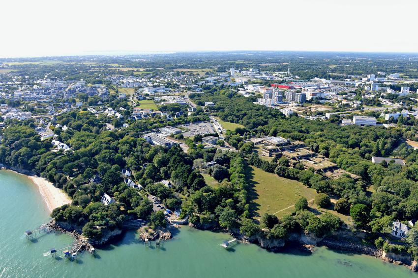 En 2021, le site de l'université à Gavy qui sera libéré une fois les étudiants transférés à proximité de l'IUT.