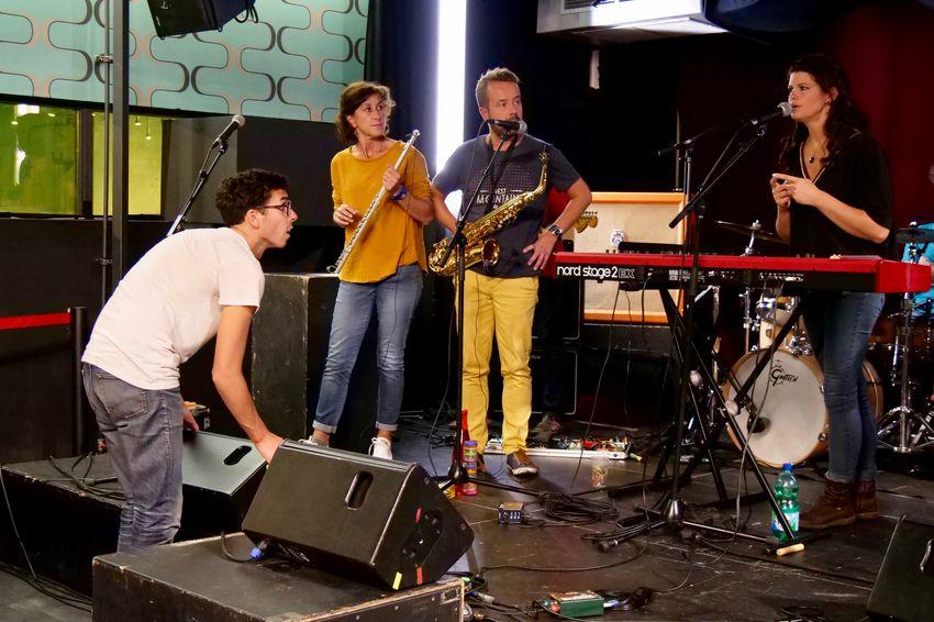 Les régisseurs, Florian Kerneis et Joris Ooghe, apportent leurs conseils techniques avisés aux musiciens en répétition dans les studios du VIP. (©Ville de Saint-Nazaire - Blandine Bouillon)