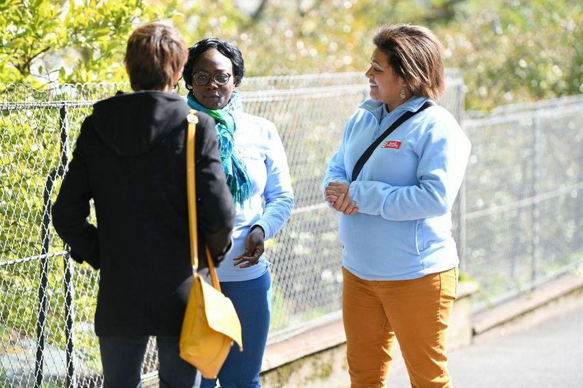 Les médiateurs assurent une présence quotidienne dans les quartiers où ils échangent avec les habitants.