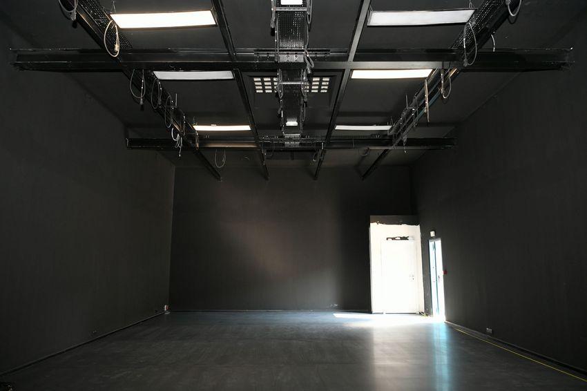 Le studio noir est équipé pour un travail en plateau et des temps de diffusion publique.