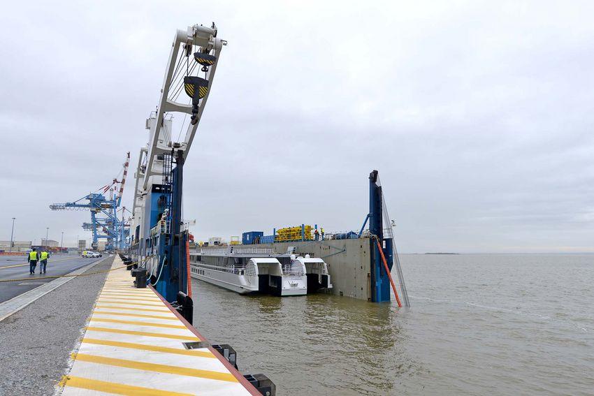 Une dizaine de minutes suffisent à l'embarquement du MS Elbe Princesse II à bord du Rolldock Sky. (© Ville de Saint-Nazaire - Martin Launay)