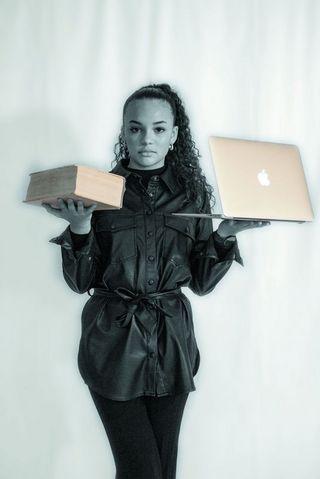 Lina se met en scène pour illustrer son sujet : une bonne éducation permet d'accéder à l'égalité.