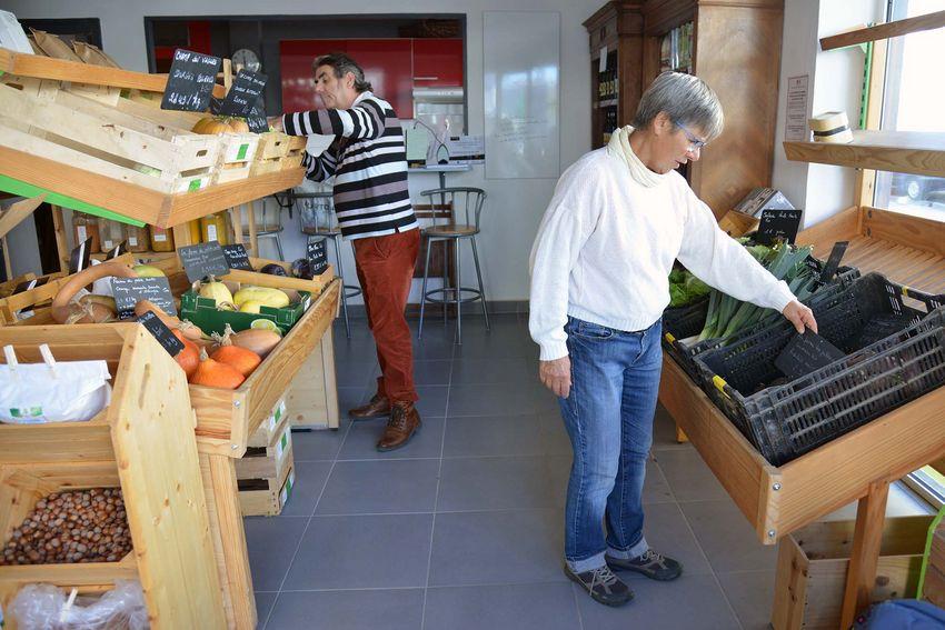 Yves et Josiane nous accueillent dans les rayons de l'épicerie participative.