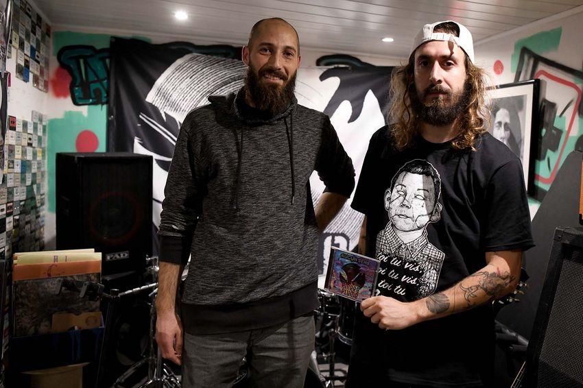 Le chanteur et le bassiste répètent dans leur studio avec Bastien à la guitare et au chant, Nico à la guitare, et Djamel à la batterie. (©Ville de Saint-Nazaire - Christian Robert)