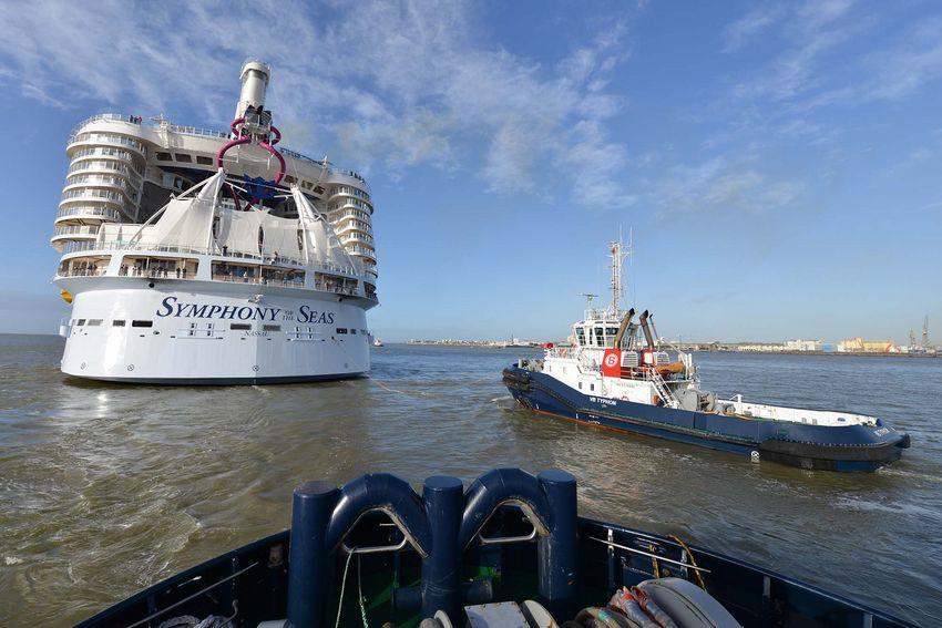 Les remorqueurs de Boluda assistent le Symphony of the Seas dans sa sortie du port. (©Ville de Saint-Nazaire - Christian Robert)