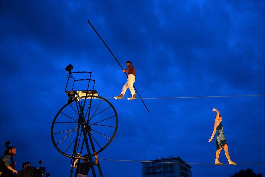 """Sur un fil infini, les funambules du Cirque Rouages partagent leur """"Sodade""""."""