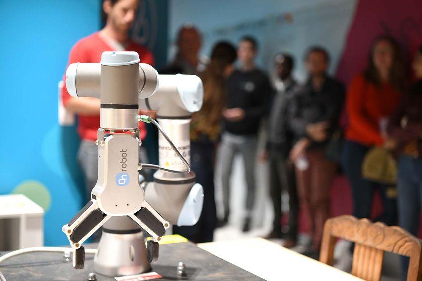 Un petit nouveau a fait son apparition au Blue Lab, le Cobot. Il s'agit d'un robot collaboratif dédié à la manipulation d'objets en interaction avec un opérateur humain.