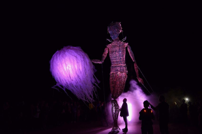 Une marionnette de 7m de haut faite d'osier et de fil déambule au milieu du public.