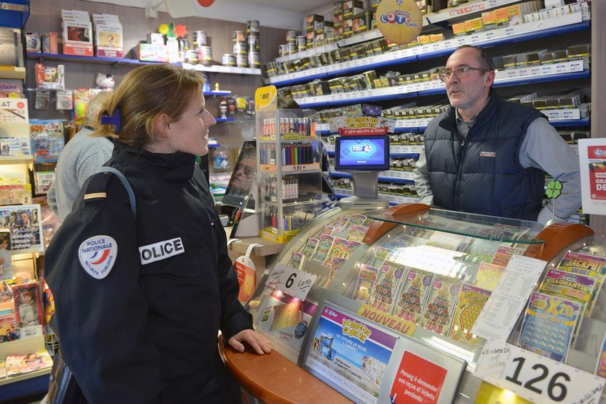 Patricia Le Bigot se rend au Disque bleu, bar tabac qui l'a sollicitée pour des conseils de sûreté. (©Ville de Saint-Nazaire - Christian Robert)