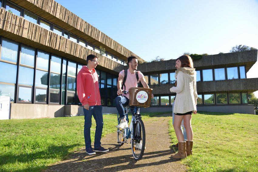 vélYcéo, le nouveau service public de location de vélo, est également accessible aux étudiants.