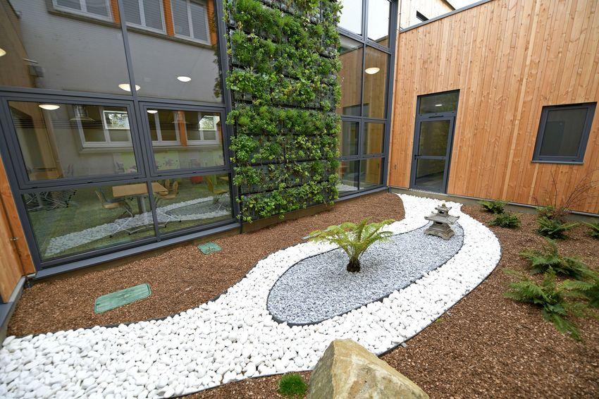 """Le jardin intérieur ou patio, entre l'école maternelle et le restaurant, a été conçu pour apporter une ambiance """"zen"""". (©Ville de Saint-Nazaire - Martin Launay)"""