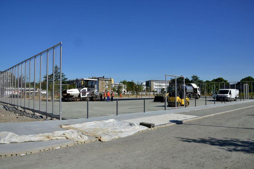 Le terrain multisport en accès libre a pris la place de la piscine Léo Lagrange démolie l'an dernier.