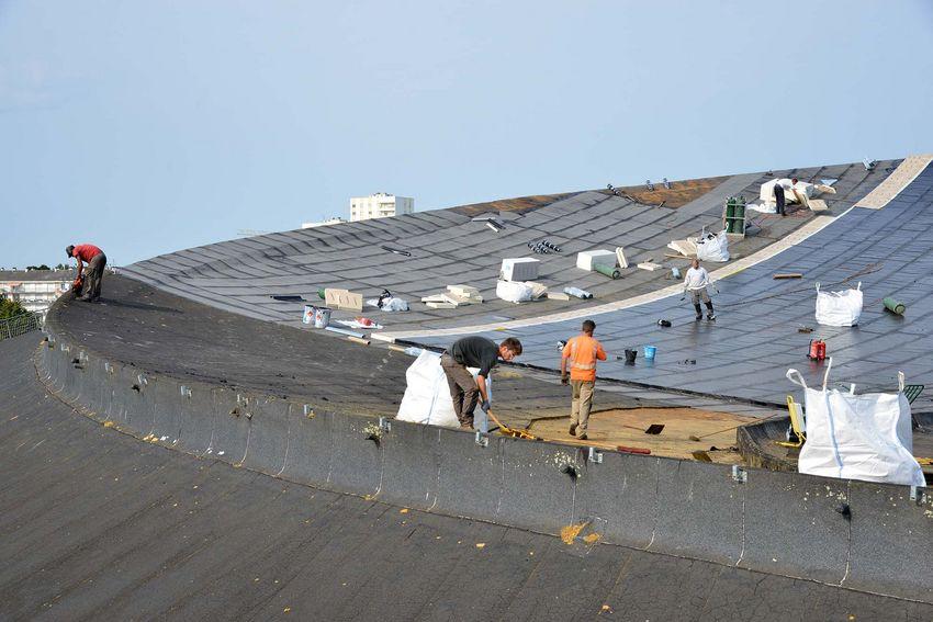 Un nouveau complexe d'étanchéité est posé sur le toit de la Soucoupe. (©Ville de Saint-Nazaire - Christian Robert)