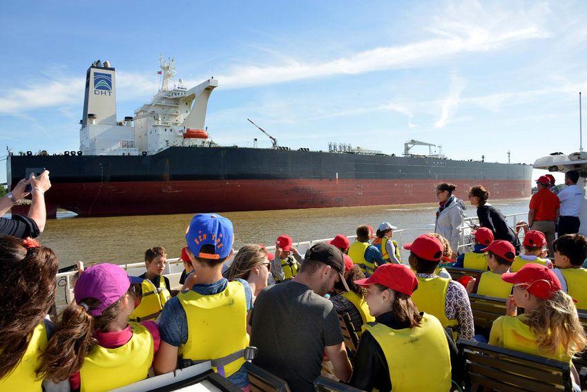 Les écoliers observent un pétrolier de plus de 300m de long. (©Ville de Saint-Nazaire - Christian Robert)