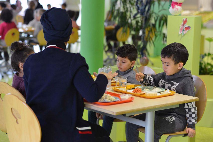 Les parents ont la possibilité de déjeuner au restaurant scolaire avec leur(s) enfant(s), sur réservation, en décembre et en janvier. (©Ville de Saint-Nazaire - Christian Robert)
