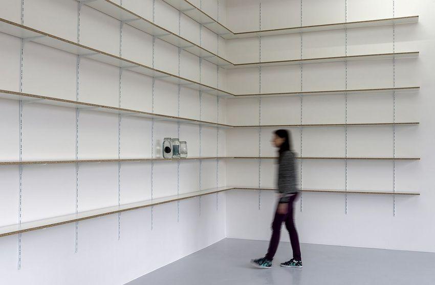 Edith Dekyndt, vue de l'exposition The Black, The White, The Blue au Grand Café – centre d'art contemporain, Saint-Nazaire, 2020. Courtesy Konrad Fischer Galerie. © Marc Domage