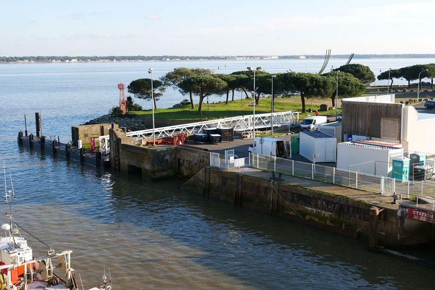 Une passerelle d'accès et un premier ponton sont apparus quai Kribbi pour la base vie de la construction du parc éolien en mer. (©Ville de Saint-Nazaire - Blandine Bouillon)
