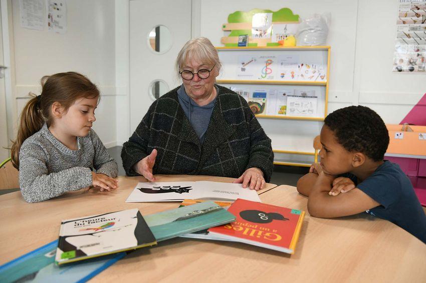 Catherine propose des lectures aux élèves de Grande section. (©Ville de Saint-Nazaire - Christian Robert)