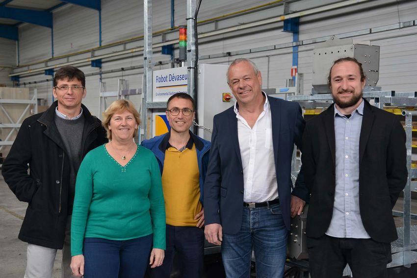 Pour donner vie à son projet, Philippe Pétard (2e en partant de la droite) s'est entouré d'associés (son fils Alexis à droite) et de partenaires comme le groupement d'entreprises Gasi et a pu construire six prototypes à Saint-Nazaire. (©Ville de Sa