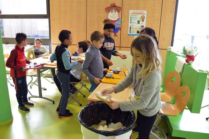 """Les """"shérifs du compost"""" aident à trier les déchets à la fin du déjeuner. (©Ville de Saint-Nazaire - Christian Robert)"""