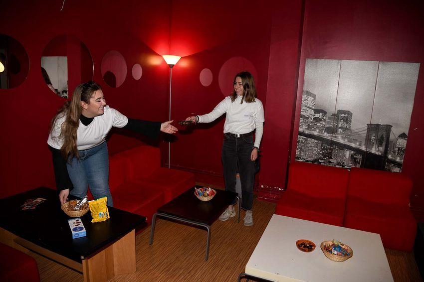 Emma et Loutsi soigne l'accueil des artistes dans les loges. (©Ville de Saint-Nazaire - Christian Robert)