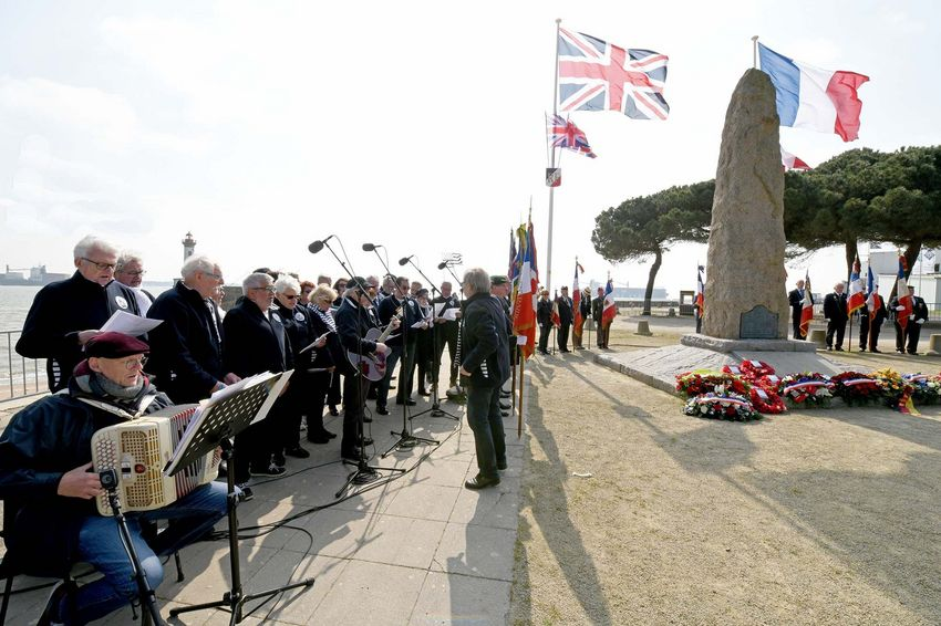 Le groupe de chants de marins «Vent Arrière» a composé un chant dédié à l'opération Chariot.