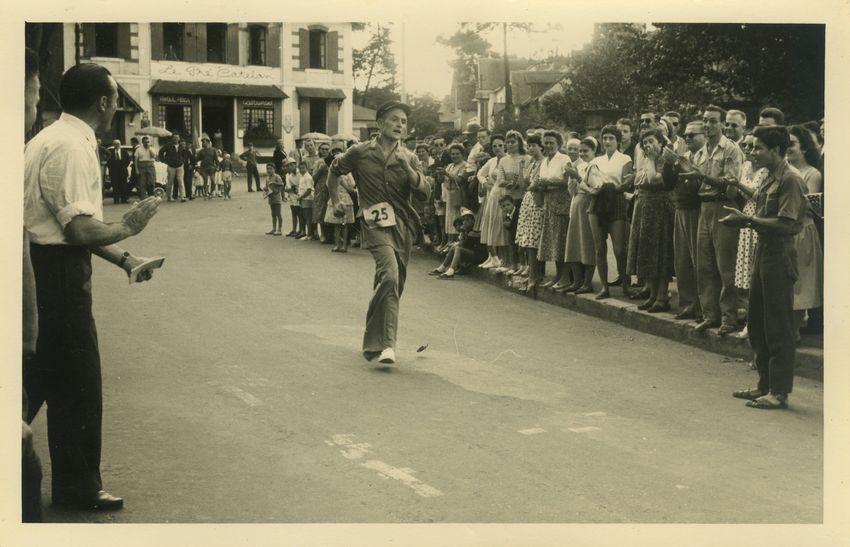 Il est estimé que le marcheur Albert Héloir a parcouru une fois et demie le tour du globe. Sur la photo, Albert Héloir participe à une course en 1959. © collection personnelle