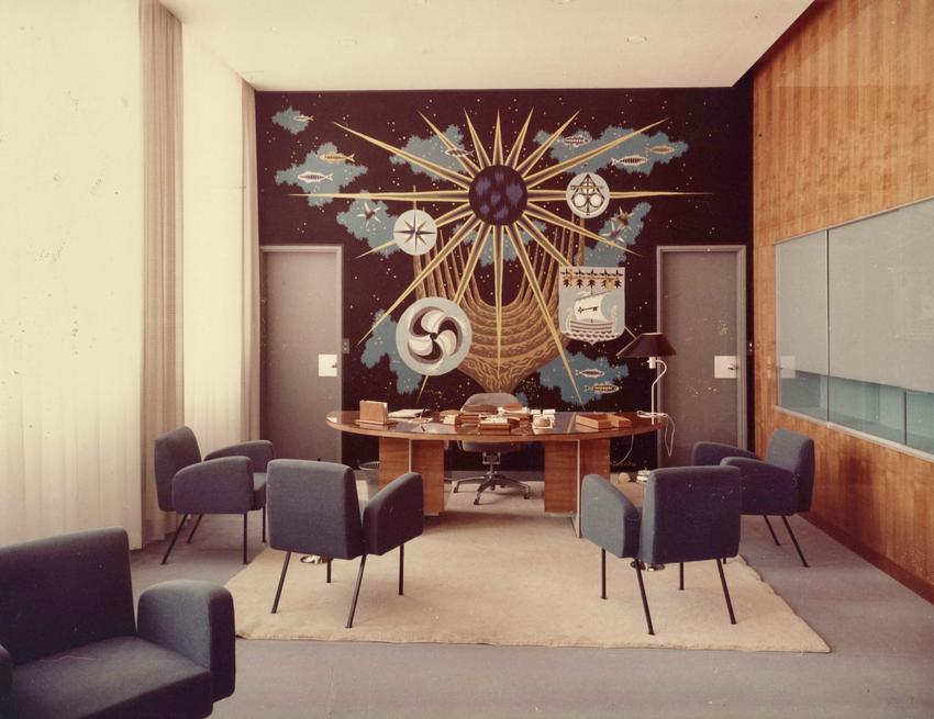 Vue du bureau du maire. En arrière plan, sur le mur du fond, la tapisserie. © P. Lemasson 1962 Fonds Ville de Saint-Nazaire.