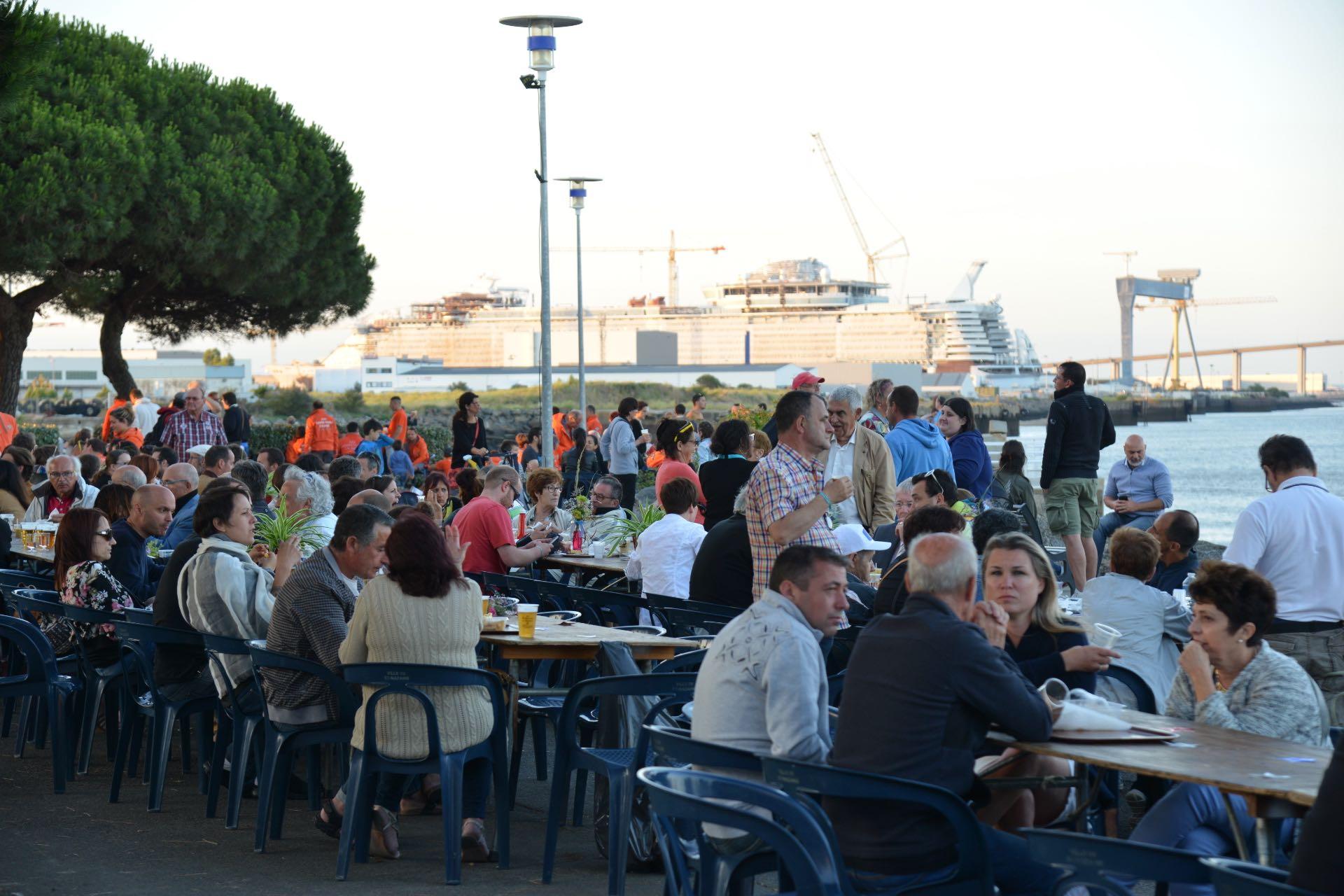 Bonne humeur et ambiance familiale autour de la Halle sud sur le port de Saint-Nazaire.