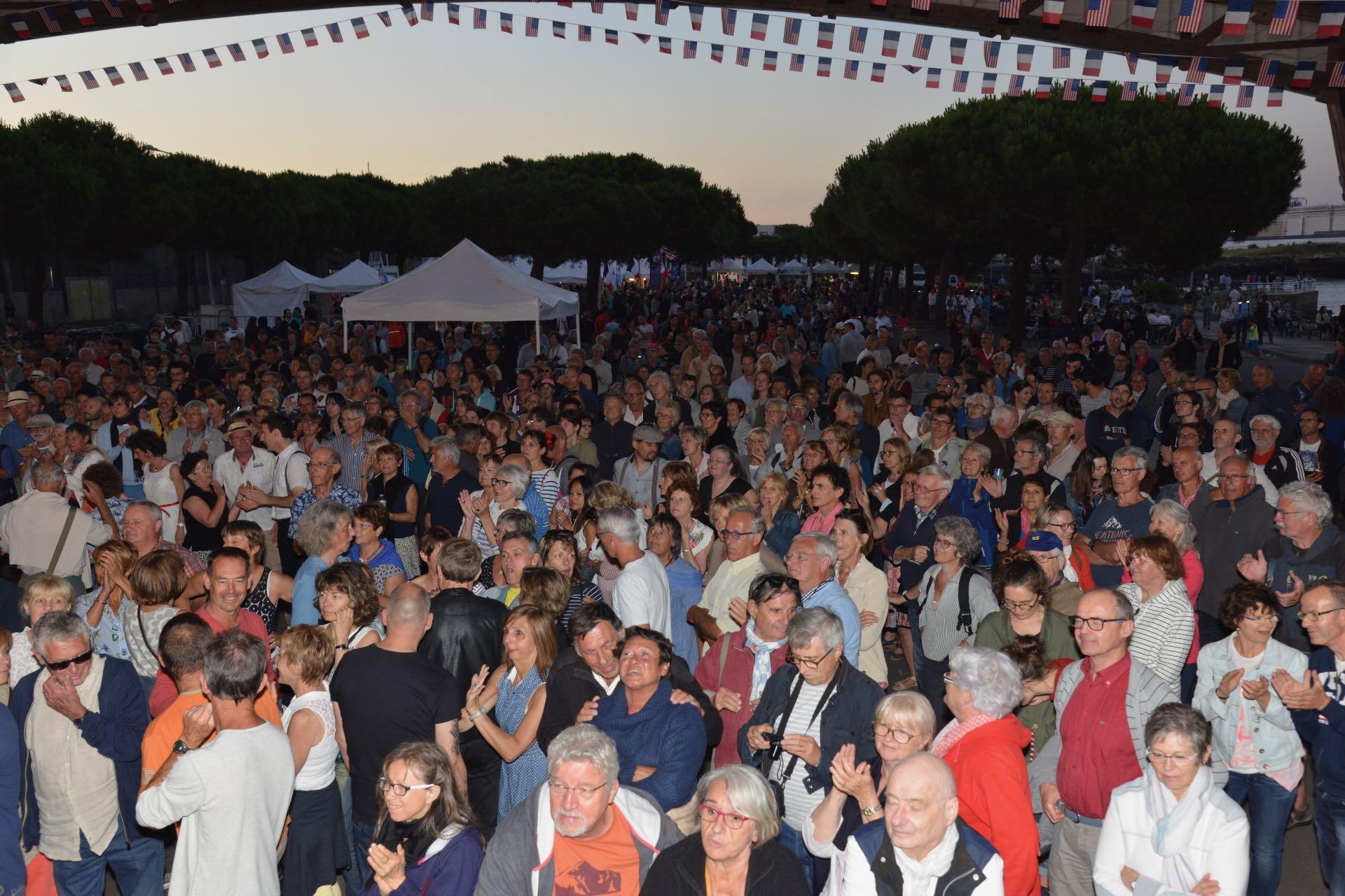 La foule sous la Halle sud pour le concert de Vinouze jazz band