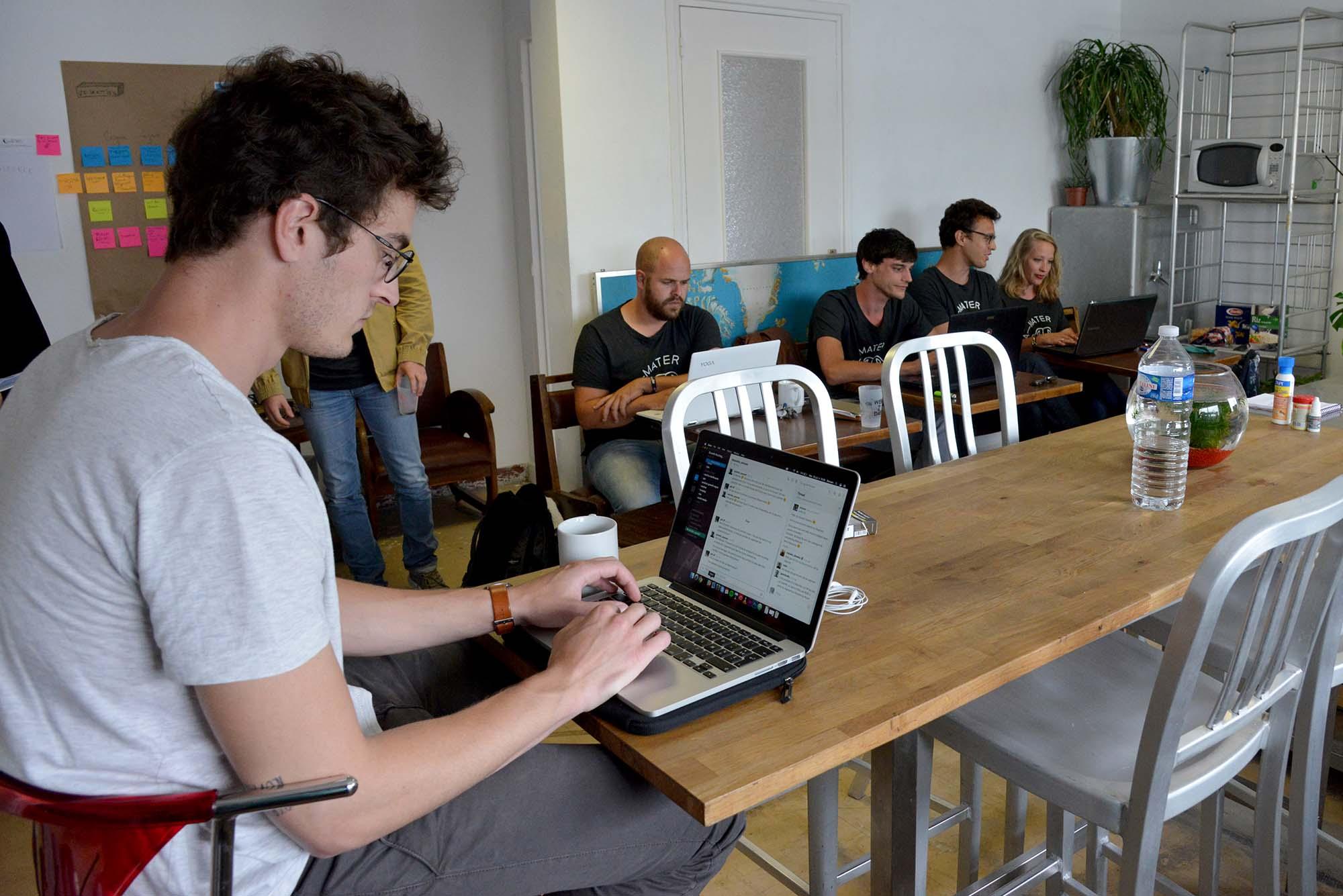 """Dans l'espace commun dit """"mess room"""", de jeunes créateurs d'entreprise se concentrent sur leurs projets. (©Ville de Saint-Nazaire - Christian Robert)"""