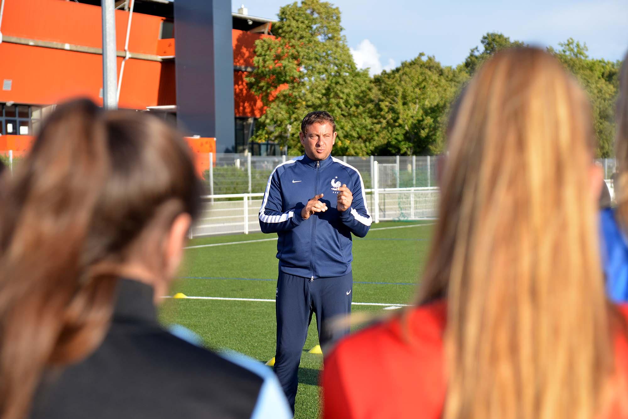 Sébastien Bizolon entraîne l'équipe Senior féminine du Snaf. (©Ville de Saint-Nazaire - Christian Robert)