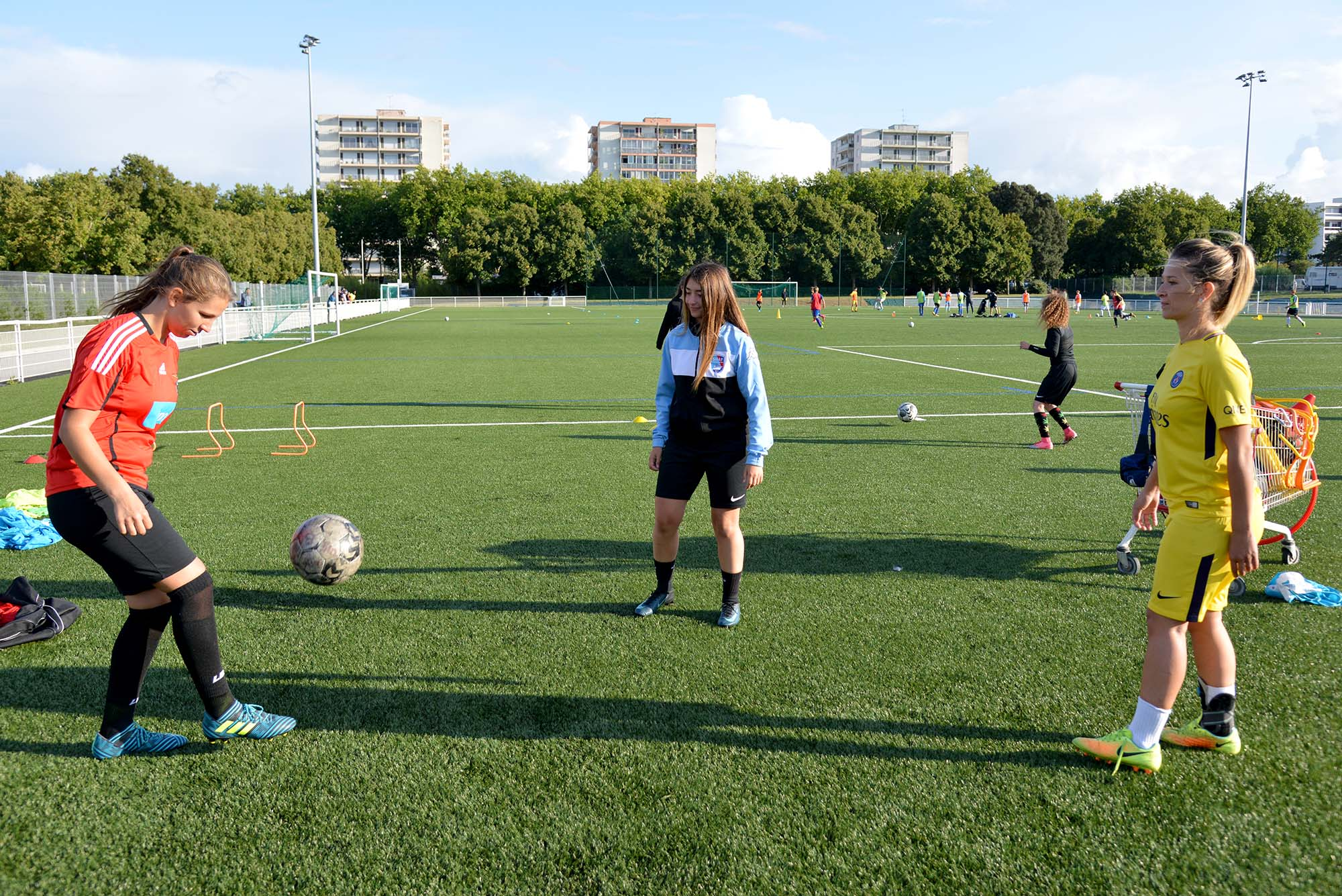 Luana Mendy, Sarah Gilard et Sandy Bennacer s'entraînent en équipe Senior. (©Ville de Saint-Nazaire - Christian Robert)