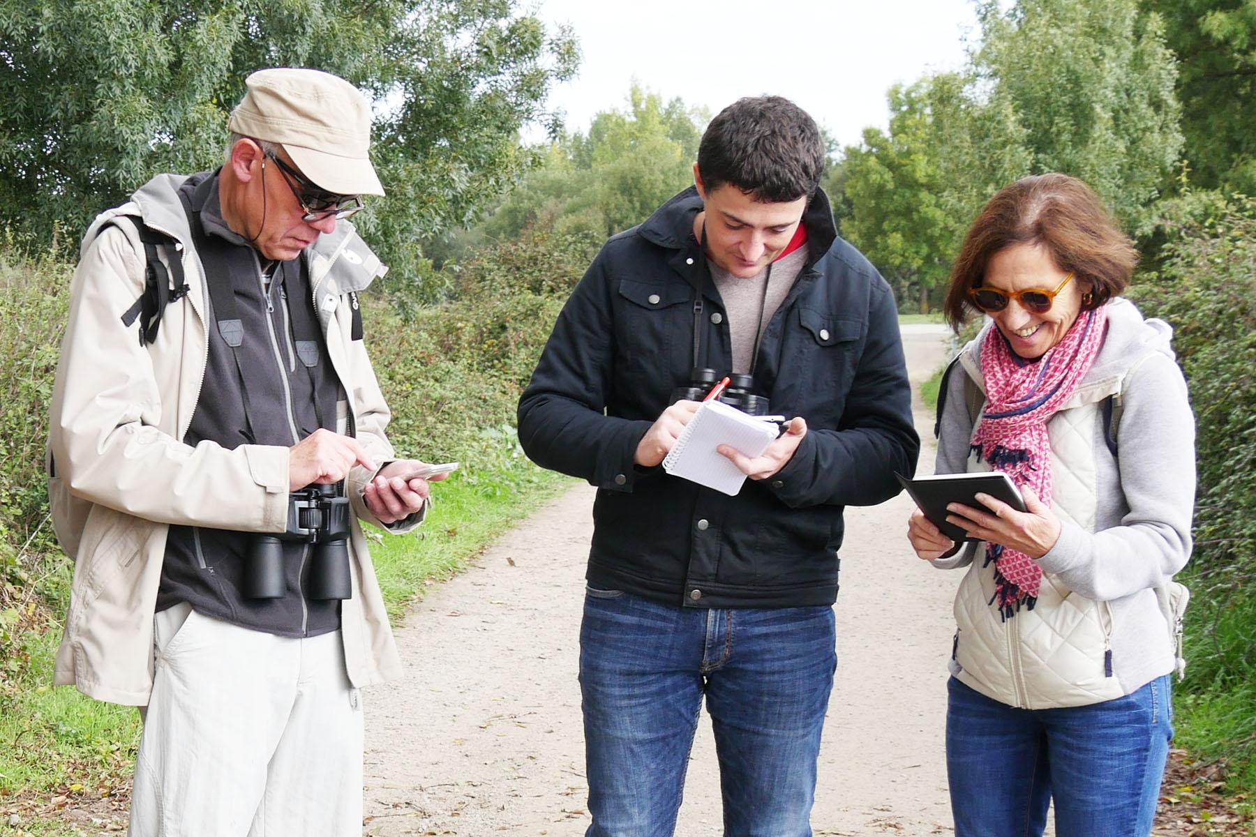 Les randonneurs ajoutent leurs observations et leurs découvertes à l'application Ecobalade.