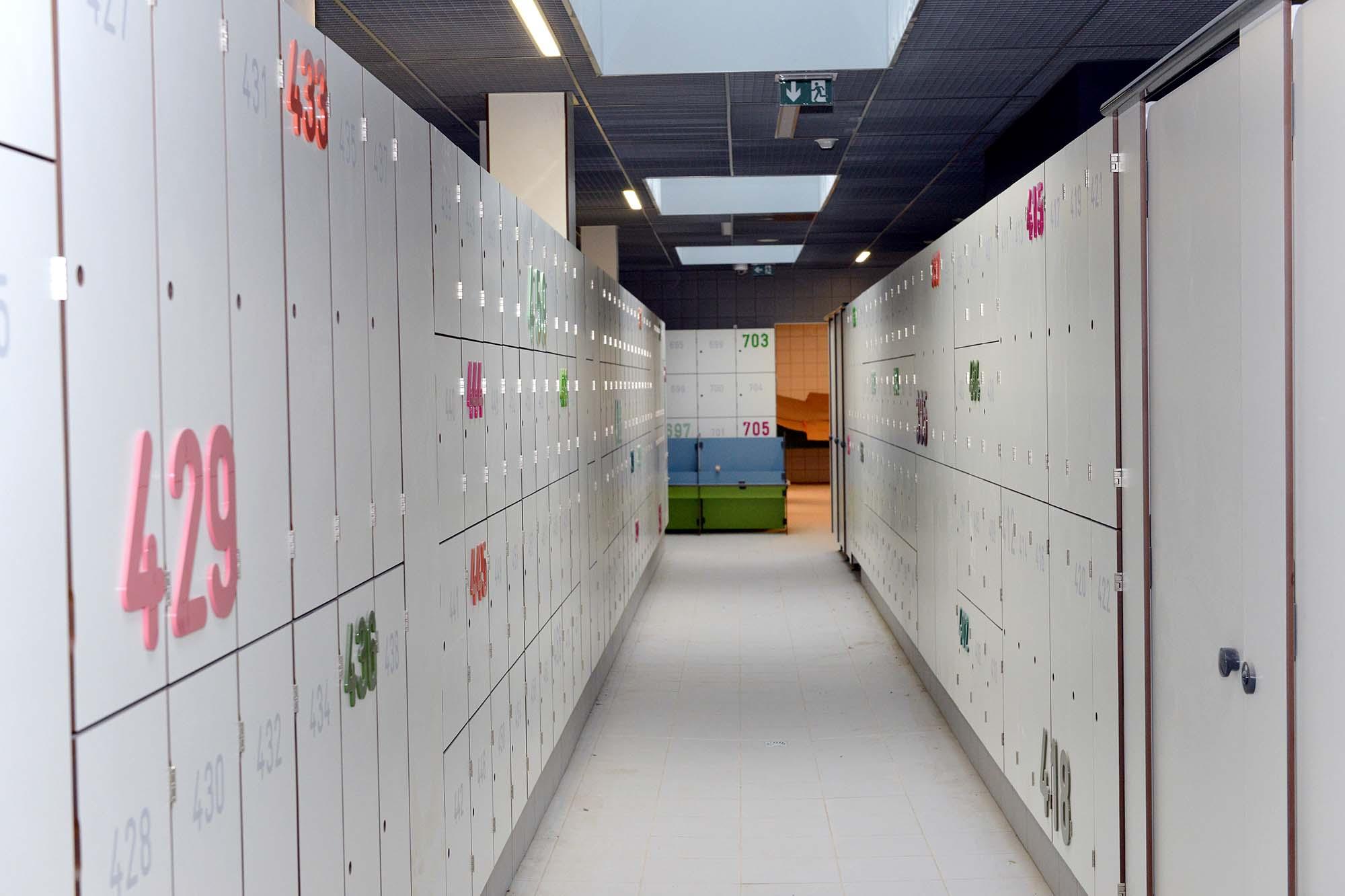 L'équipement disposera de 16 vestiaires collectifs, 50 cabines individuelles et 706 casiers individuels.