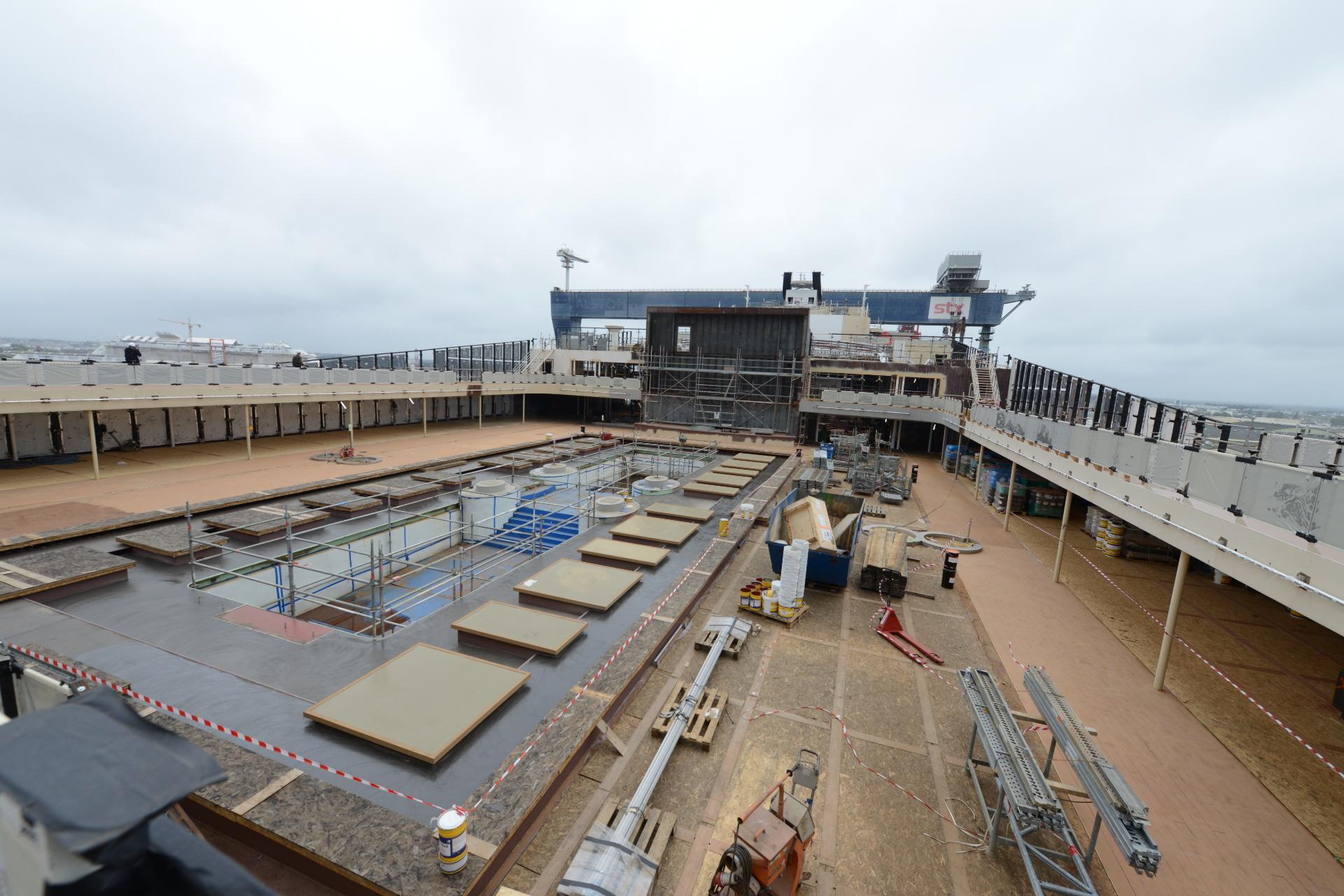 Les piscines en cours d'aménagement sur le pont supérieur du MSC Bellissima.