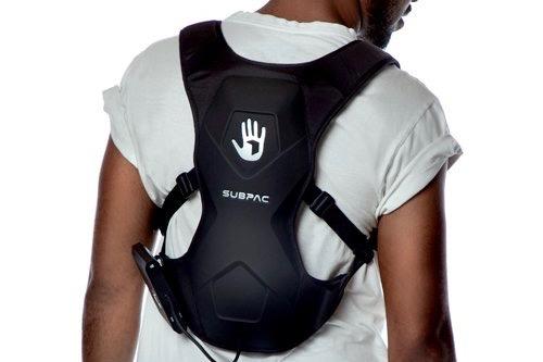 Les gilets ou sacs à dos vibrants peuvent être portés dans le dos ou sur le ventre.