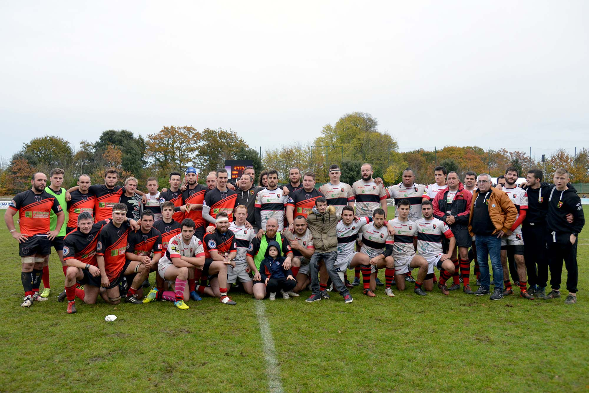Les équipes du SNO et le RCT posent ensemble à la fin du match. (©Ville de Saint-Nazaire - Christian Robert)