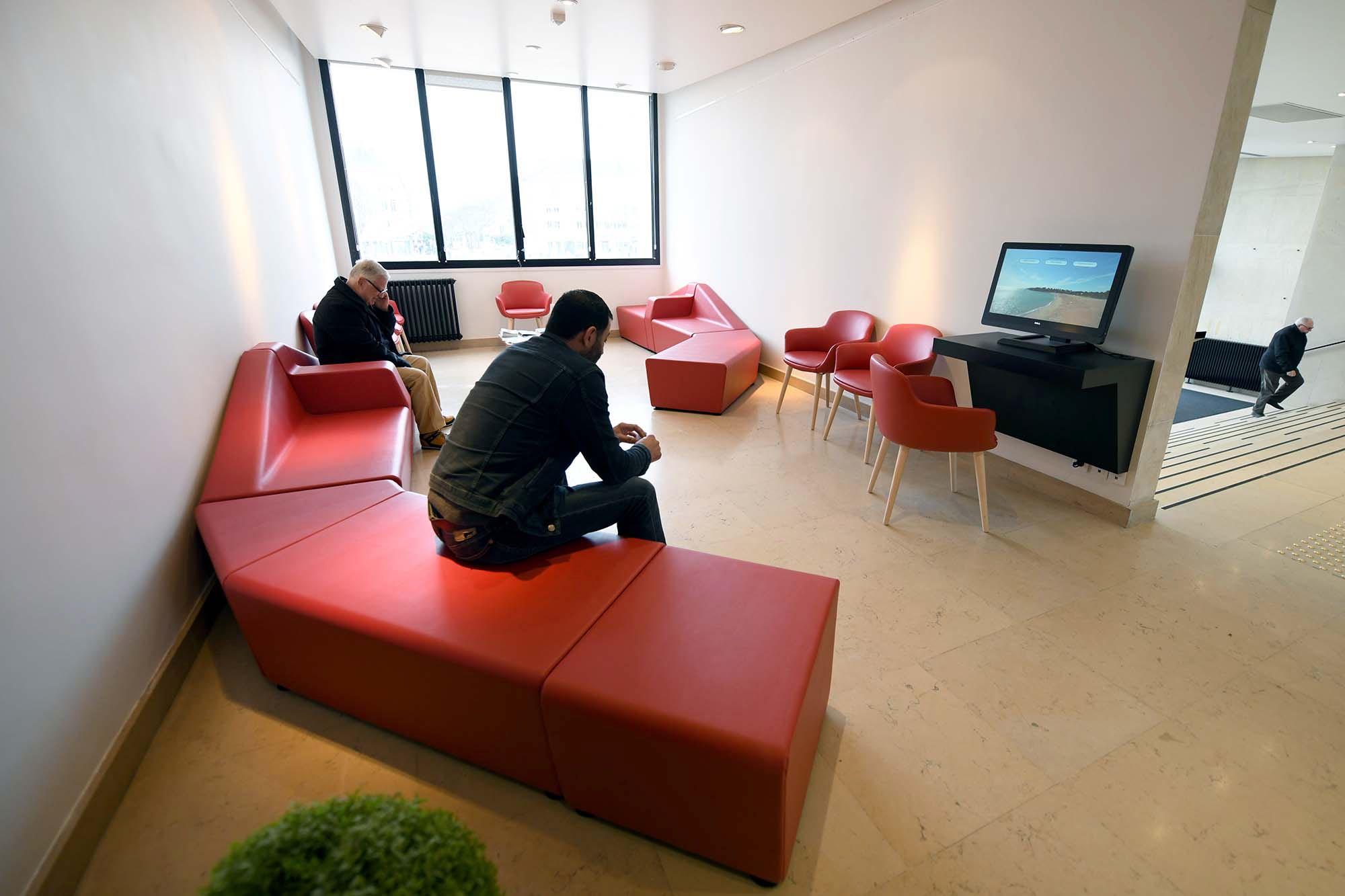 Les différentes salles d'attente ont été regroupées dans un espace unique.