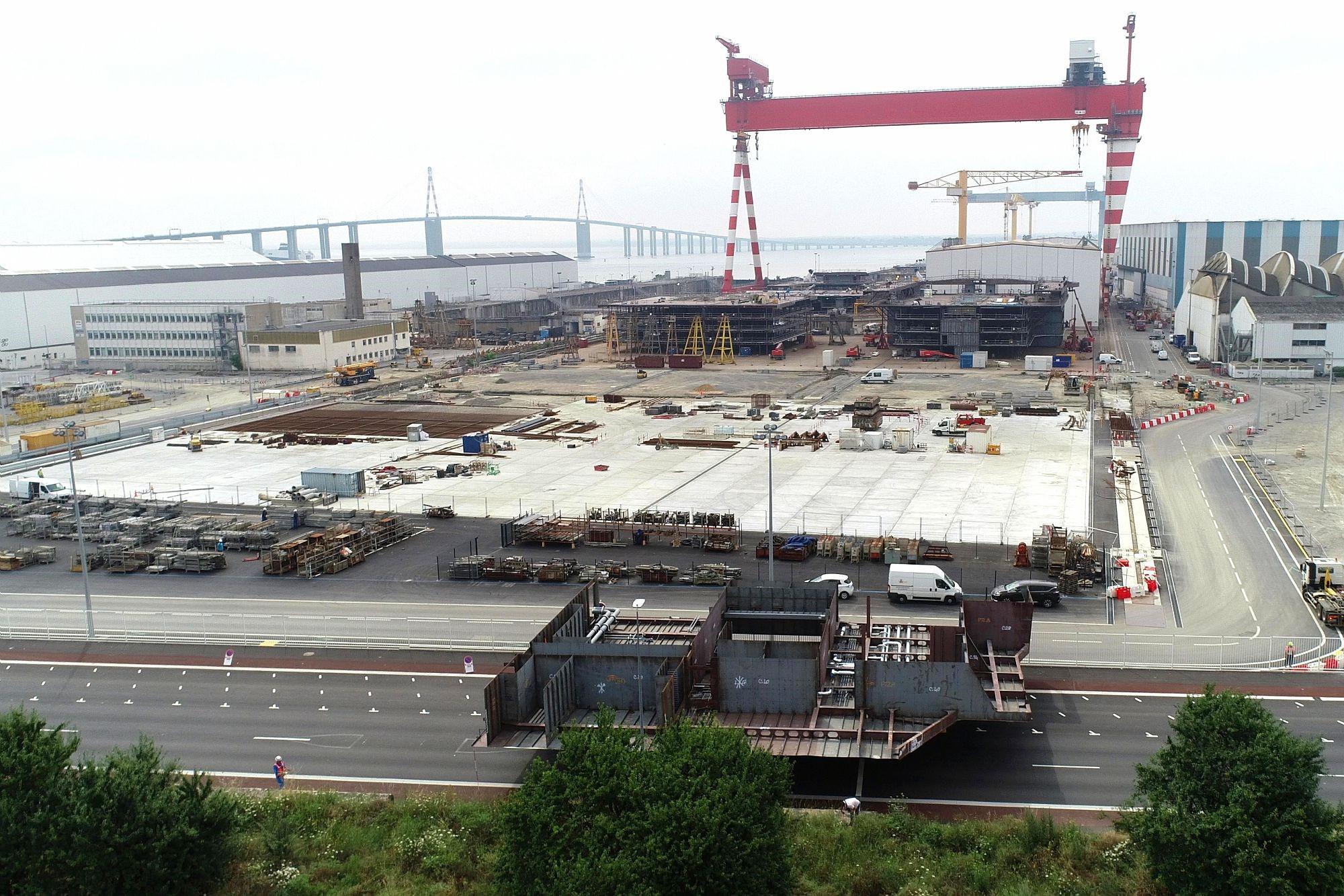 Les Chantiers de l'Atlantique ont pu réaliser une extension de 135 mètres de l'aire de prémontage des navires. © Imagine air